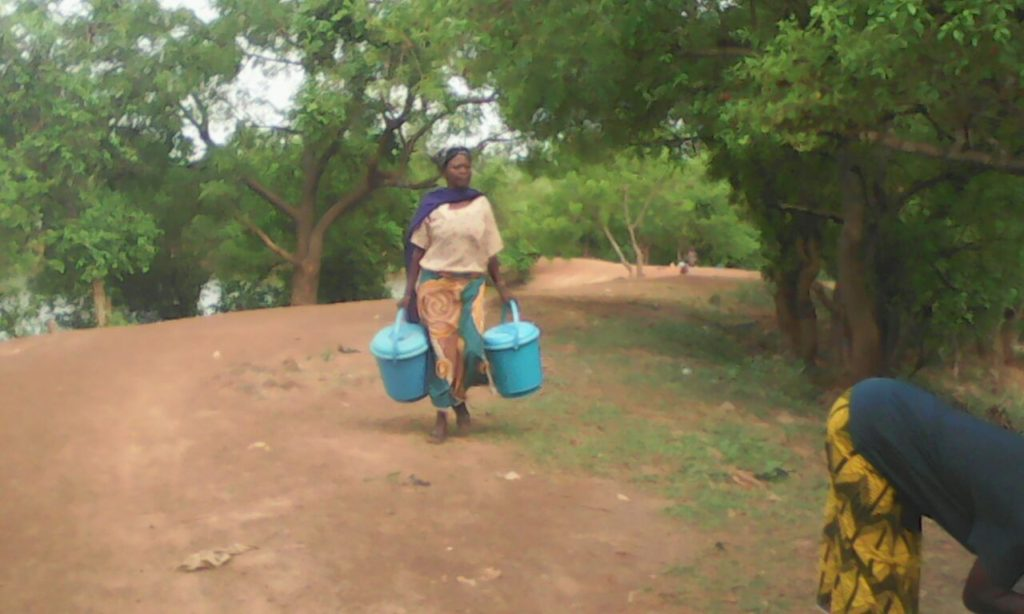 In Gidanturu, a new Fulani family comes to purchase water from Baramini, the entrepreneur there, for the first time.